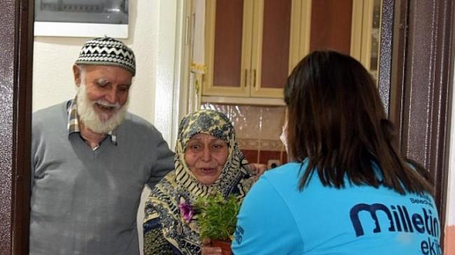 Aliağa Belediyesi'nin Çiçek Dağıtımları Sürüyor
